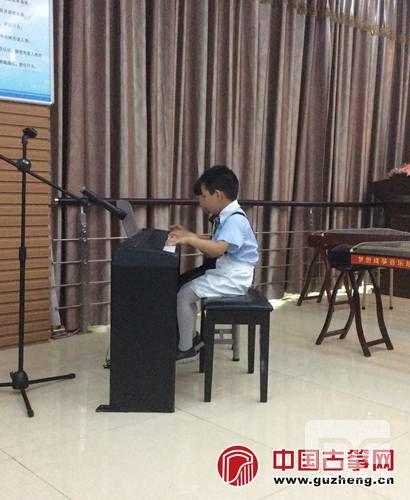 方毅弘和徐梓原两位小朋友的钢琴四手联弹《生日快乐歌》
